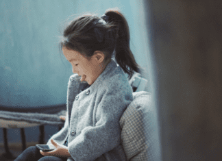 the right age to give a child a mobile phone